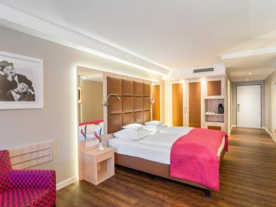 Magentafarbene Deluxe Junior Suite im Hollywood Media Hotel